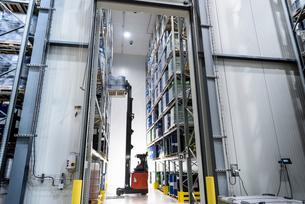 Forklift truck moving barrels in oil blending factoryの写真素材 [FYI03577002]