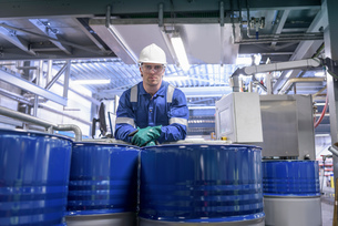 Portrait of worker with process machinery in oil blending factoryの写真素材 [FYI03577030]