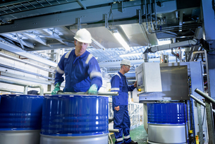 Workers with process machinery in oil blending factoryの写真素材 [FYI03577032]