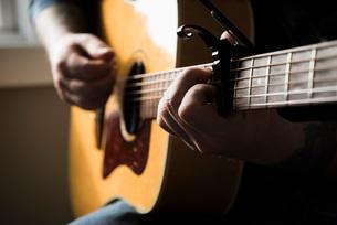 Man playing guitarの写真素材 [FYI03577535]