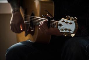 Man playing guitarの写真素材 [FYI03577538]