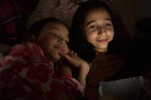 Girls slumber party using digital tabletの写真素材 [FYI03577616]