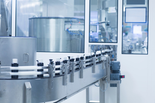 Bottles on production line in pharmaceutical plantの写真素材 [FYI03577708]