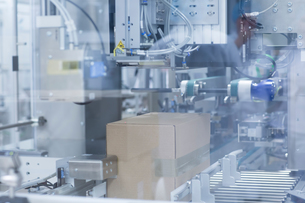 Box on production line in pharmaceutical plantの写真素材 [FYI03577748]