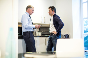Colleagues in office kitchen having discussionの写真素材 [FYI03578122]