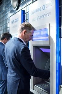 Man using cash machineの写真素材 [FYI03578174]