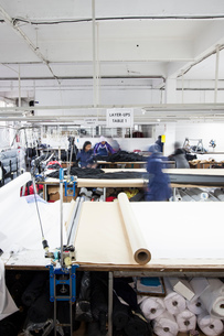 Female factory workers busy preparing textiles in clothing factoryの写真素材 [FYI03578207]
