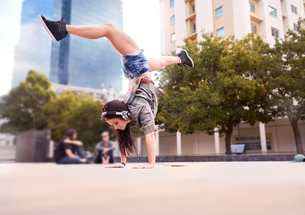 Dancer doing handstand on city square, Cape Town, South Africaの写真素材 [FYI03578391]