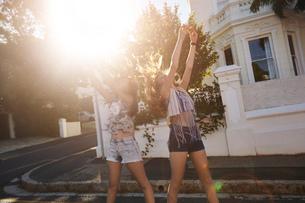 Teenage girls taking selfies in street, Cape Town, South Africaの写真素材 [FYI03578801]