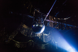 Disco ball hanging from ceiling of nightclubの写真素材 [FYI03579174]
