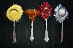 Antique spoons with different spicesの写真素材 [FYI03579381]