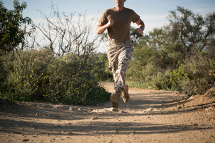 Soldier wearing combat clothing running, Runyon Canyon, Los Angeles, California, USAの写真素材 [FYI03579434]