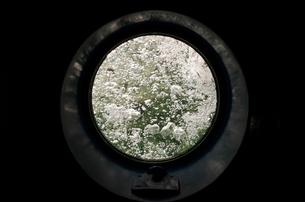 Round glass door to bubbling sea waterの写真素材 [FYI03579863]