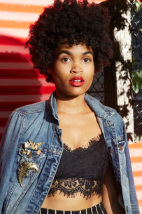 Urban portrait of young female fashion blogger with afro hair, New York, USAの写真素材 [FYI03579871]
