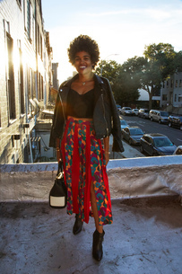 Portrait of young female fashion blogger on sunlit terrace, New York, USAの写真素材 [FYI03579881]
