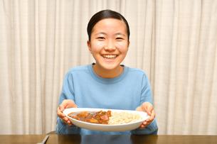 カレーライスを食べる女の子の写真素材 [FYI03580480]