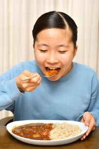 カレーライスを食べる女の子の写真素材 [FYI03580513]