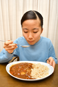 カレーライスを食べる女の子の写真素材 [FYI03580528]