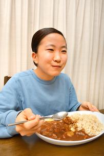 カレーライスを食べる女の子の写真素材 [FYI03580543]