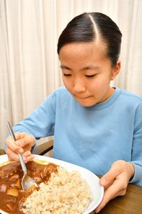 カレーライスを食べる女の子の写真素材 [FYI03580561]