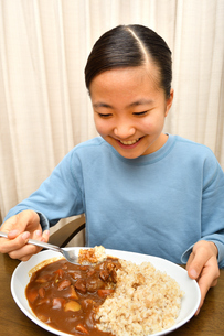 カレーライスを食べる女の子の写真素材 [FYI03580581]