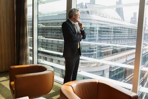 Businessman in coffee area in office, London, UKの写真素材 [FYI03580601]