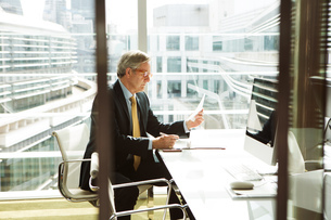 Businessman reading and analysing report, London, UKの写真素材 [FYI03580608]