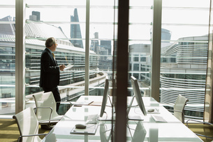 Businessman reading and analysing report, London, UKの写真素材 [FYI03580609]
