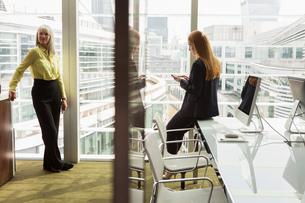 Businesswomen in office, London, UKの写真素材 [FYI03580652]