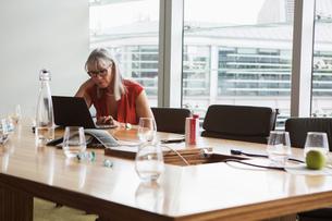 Businesswoman using laptop, London, UKの写真素材 [FYI03580686]
