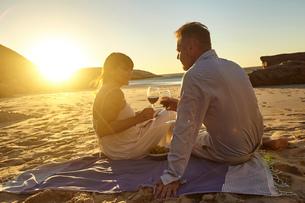 Couple drinking red wine on beachの写真素材 [FYI03581335]