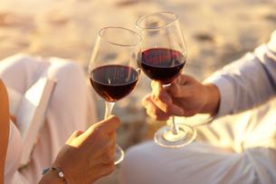 Couple drinking red wine on beachの写真素材 [FYI03581336]