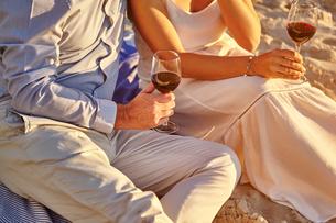 Couple drinking red wine on beachの写真素材 [FYI03581337]