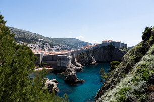 Distant view of old town and coastal city walls, Dubrovnik, Croatiaの写真素材 [FYI03581969]