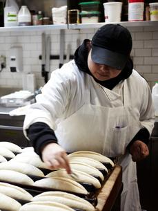 Baker working in kitchenの写真素材 [FYI03582427]