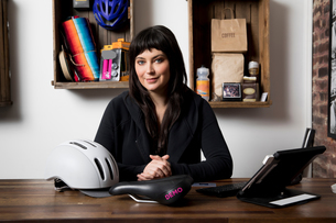 Woman in cycling accessories shopの写真素材 [FYI03582504]