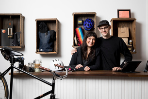 Couple in cycling accessories shopの写真素材 [FYI03582508]