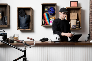 Man in cycling accessories shopの写真素材 [FYI03582509]