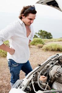 Man looking at broken engineの写真素材 [FYI03582864]