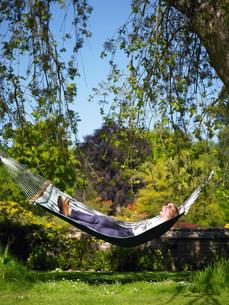 Woman in hammockの写真素材 [FYI03582917]