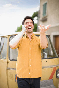 Man having a funny phone callの写真素材 [FYI03582934]