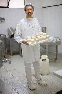 Worker at a cheese dairyの写真素材 [FYI03582998]