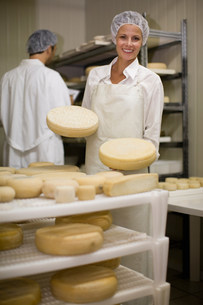 Worker at a cheese dairyの写真素材 [FYI03583012]