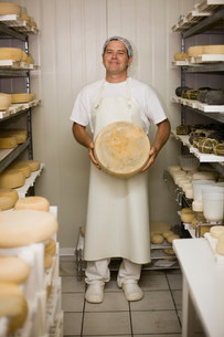 Worker at a cheese dairyの写真素材 [FYI03583014]