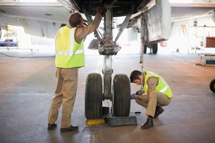 Aircraft workers checking wheelsの写真素材 [FYI03583259]
