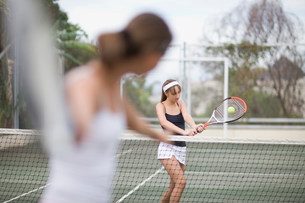 Serious girl playing tennisの写真素材 [FYI03583293]