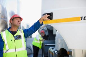 Worker holding truck door openの写真素材 [FYI03583351]