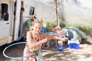 Girl hula hooping at campsiteの写真素材 [FYI03583390]
