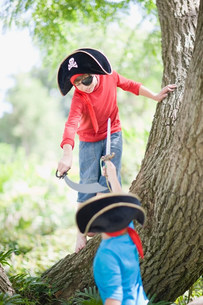 Boys playing in pirate costumeの写真素材 [FYI03583394]