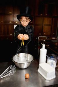 Boy magician cooking in kitchenの写真素材 [FYI03583418]